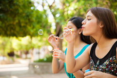 Att blåsa bubblar på en parkera Royaltyfria Bilder