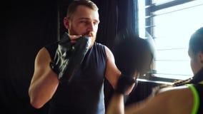 Att boxas lagledareutbildning passade den vita kvinnliga boxaren på idrottshallen i ultrarapid stock video
