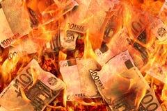 Att bränna flammar 100 eurosedlar Arkivfoto