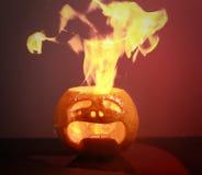 att bränna haloween pumpa Royaltyfri Fotografi