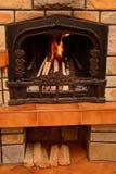Att bränna loggar in spisen Arkivbilder
