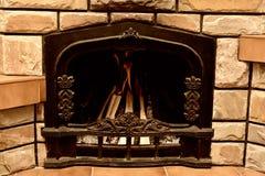 Att bränna loggar in spisen Arkivfoto
