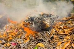 Att bränna rackar ner på i det karibiskt Arkivfoton