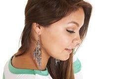 Att bära för kvinna dinglar örhängen Arkivfoton