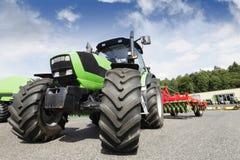 att bruka plöjer traktoren Royaltyfri Fotografi