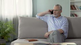 Att bry sig avgått fadersammanträde på soffan och att kalla hans barn, kommunikation arkivfilmer