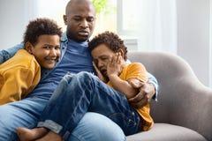 Att bry sig barnfadern som tröstar hans skriande son royaltyfri fotografi