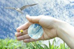 Att bry sig den blåa världen och naturen med den mänskliga handen Stock Illustrationer