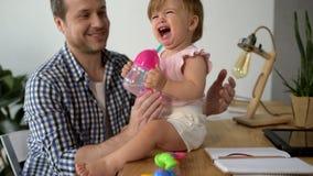 Att bry sig den självständiga fadern som tar omsorg av hans dotter arkivfilmer