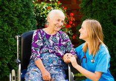 Att bry sig för åldringen i rullstol Arkivfoton