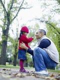 Att bry sig fadern With Daughter In parkera arkivbilder