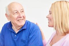 Att bry sig kvinnan att bry sig om pensionär Arkivbild