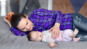 Att att bry sig le den kvinnliga föräldern som kysser och att smeka hennes sova behandla som ett barn lite, medelskottet