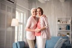 Att bry sig le modern som kramar hennes kära gravida dotter Arkivfoto