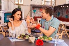 Att bry sig mannen som ger någon persika till hans flickvän Royaltyfria Foton