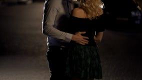 Att bry sig mannen som tillbaka slår flickvänner, par som kramar på det romantiska datumet, förförelse royaltyfri foto