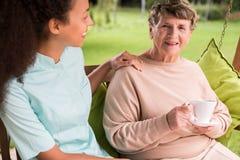Att bry sig sjuksköterskan och äldre kvinna Royaltyfri Fotografi
