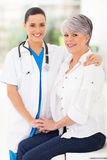 Att bry sig sjuksköterskapatienten Arkivbild