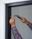 Att bulta för arbetare spikar in i den aluminium ramen arkivfoto