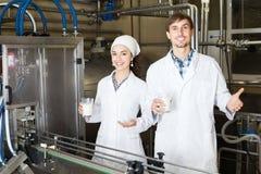 Att buteljera för par mjölkar på tillverkning Royaltyfri Foto