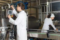 Att buteljera för par mjölkar på tillverkning Royaltyfria Foton