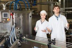 Att buteljera för par mjölkar på tillverkning Royaltyfri Bild