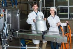 Att buteljera för par mjölkar på tillverkning Arkivbild