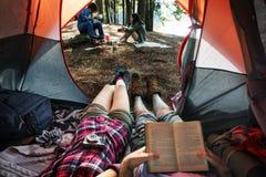 Att campa för vänner kopplar av semesterhelgbegrepp arkivfoto