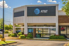 Free ATT Cellphone Retail Store Side View On A Sunny Day Stock Photo - 205926670