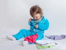 Att charma behandla som ett barn i blått som spelar med, behandla som ett barn kläder Royaltyfri Bild