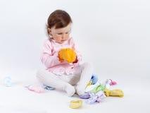 Att charma behandla som ett barn i ros som klänningen som spelar med, behandla som ett barn kläder Arkivfoto