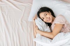Att charma den positiva flickan är att vila hemma royaltyfria bilder