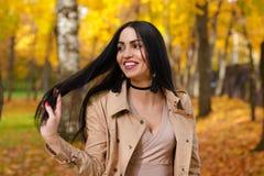 Att charma le brunett på bakgrund av hösten parkerar Arkivbilder