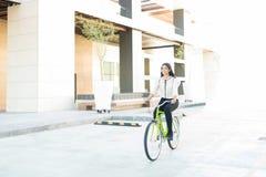 Att cykla är billigt transportmedel fotografering för bildbyråer
