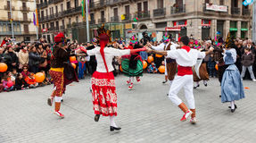 Att dansa folk på karnevalet klumpa ihop sig på Placa Comercial Arkivbilder