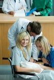 att delta i behandla som ett barn doktorstålmodigbarn Arkivfoton