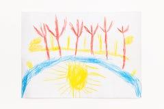 Att dra med kulöra blyertspennor behandla som ett barn landskap med solen Royaltyfria Bilder