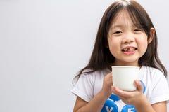Att dricka för barn mjölkar/barnet som att dricka mjölkar bakgrund Arkivbilder