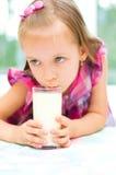 Att dricka för barn mjölkar inomhus royaltyfria bilder