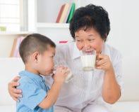 Att dricka för familj mjölkar Arkivbilder