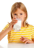 Att dricka för flicka mjölkar Royaltyfria Bilder
