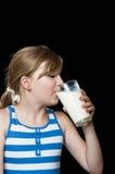 Att dricka för flicka mjölkar Arkivfoton