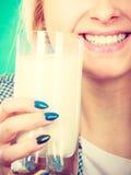 Att dricka för kvinna mjölkar från exponeringsglas Royaltyfri Bild