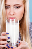 Att dricka för kvinna mjölkar från exponeringsglas Arkivfoto