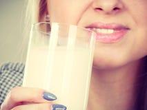 Att dricka för kvinna mjölkar från exponeringsglas Royaltyfria Foton