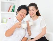 Att dricka för kvinnor mjölkar. Royaltyfri Bild