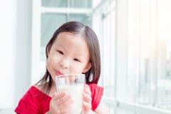 Att dricka för liten flicka glasss av mjölkar Royaltyfri Fotografi