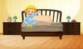 Att dricka för liten flicka mjölkar i sovrum Fotografering för Bildbyråer