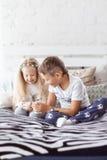 Att dricka för pojke och för flicka mjölkar Fotografering för Bildbyråer