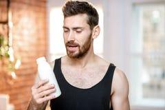Att dricka för sportman mjölkar hemma arkivfoton